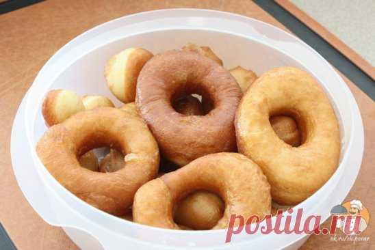 Воздушные пончики на кефире Ингредиенты: Кефир — 250 мл Яйцо — 1 шт Сахар — по вкусу Соль — щепотка Сода — 1/2 ч.л. Растительное масло — 3 ст.л Мука — 2,5-3 стакана Растительное масло — для жарки Сахарная пудра — для присыпки Рецепт приготовления воздушных пончиков на кефире: Сперва кефир необходимо соединить с яйцом, сахаром и солью, все тщательно перемешать. Затем высыпать в массу соду и добавить растительное масло. Добавить просеянную муку и замесить тесто. Тесто должно получится гладким, о