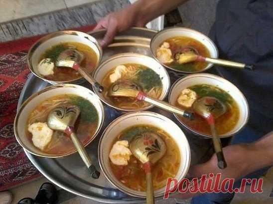 """Узбекская кухня. Суп угра. Суп угра по узбекски называют """"угра оши"""" – это суп с лапшой.Его готовят как вареными или жареными, обычными кусками мяса или с фиркадельками. Особенность в этом супе то, что угра, то есть лапша готовится самостоятельно, а не используется вермишель или макароны."""