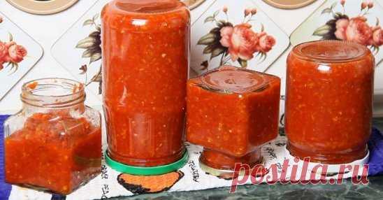АДЖИКА ПО - ОДЕССКИ Видимо, одесситы таки знают толк в еде! Секрет их рецепта прост: никаких специй, никакого уксуса, только выращенные под щедрым южным солнцем овощи, чеснок, острый перец и соль. Ингредиенты: 1 кг - помидоров 1 кг - красного болгарского перца 1 шт.- средняя луковица 2 шт.- средних моркови 1 шт.- яблоко 3 шт.- небольших стручка острого перца 1 головка- чеснока соль - по вкусу Приготовление: 1.Пропусти помидоры, болгарский перец, лук и яблоко через мясорубку (комбайн не подход