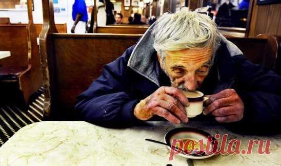 Как-то друг пригласил меня в кафе. Кафе обычно с открытыми дверьми, лето, жарко, и мы входим в одно из кафе рядом с вокзалом. Перед нами входят два человека и говорят: — 5 кофе, 2 мы выпьем сейчас, а 3 подвешены в воздухе. — Идут платить, платят за 5 и выпивают свои 2 кофе. Я спрашиваю у друга, что это за подвешенный кофе? Он говорит: «Подожди». Потом входят люди, девушки, пьют свой кофе и платят нормально; входят три адвоката, заказывают 7 кофе: — 3 мы выпьем, а 4 — подвешенных, — платят за