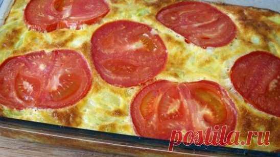 Итальянская фриттата из кабачков с помидорами Ингредиенты:  яйца — 4-5 шт.  кабачки — 1 шт.  помидоры — 1 шт.  лук репчатый — 1 шт.  сыр твердый — 30-50 г  чеснок — 2 зубчика  перец черный молотый  соль Приготовление: 1. Перемешать сырые куриные яйца при помощи венчика, добавить пропущенный через пресс чеснок, тертый сыр. 2. Репчатый лук измельчить, обжарить до золотистого цвета, добавить нарезанный соломкой кабачок. 3. Соль и перец молотый – по вкусу. 4. Жарить до готов