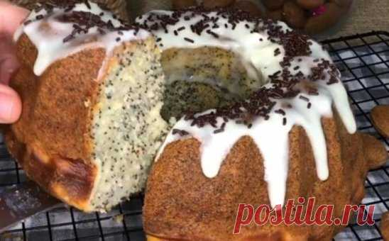 Готовим кекс маковый с творогом рецепт в духовке. И обязательно попробуйте этот кексик он очень вкусный и готовится на раз два Творожная прослойка должна была быть видна четко, но к сожалению я использовала испанский сыр, а здешняя молочка ставится жидкой при взбивании🤪 Если Вы живете в Европе, то используйте сыр Филадельфия или творог из русского магазина.. Ингредиенты Для кекса: 150 гр. Сливочного масла 250 гр. Сахара 3 шт. Яйца 70 гр. Сметаны 23% 60 гр. Молока 50 гр. Мака 250