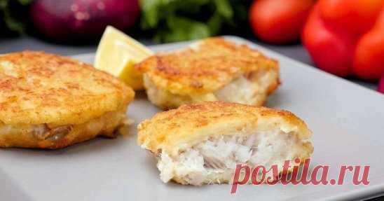 Рыба с хрустящей корочкой Ингредиенты: Минтай 500 г Твердый сыр 100 г Картофель 2 шт. Яйцо 2 шт. Пшеничная мука 5 ст. л. Лук 1 шт. Панировочные сухари 3 ст. л. Лимон 0,5 шт. Соль по вкусу Черный перец (молотый) по вкусу Приготовление: Картофель натрите на терке, затем слегка отожмите, добавьте тертый лук, сыр, яйца и перемешайте. Добавьте 2 ст. л. муки, посолите, поперчите и снова перемешайте — кляр готов. Филе рыбы (хека, минтая или любой другой) нарежьте кусочками, посолите, попер