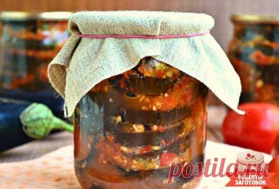 Острые баклажаны Ингредиенты: 3 кг баклажан 3-5 зубчиков чеснока 4-6 горького перца 3-4 шт болгарского перца 1 стакан растительного масла 0,5 стакана уксуса 9% Рецепт приготовления острых баклажан: Сначала баклажаны целиком, без хвостиков, следует опустить в кипящую воду на 5-7 минут. Затем они должны стать мягкими, но не кашей. Проверить ножом после 3 минут кипения, если мягкие, тогда вытаскиваем по очереди. Остывшие баклажаны разрезать на полоски. Обжарить их до золотистого цвета и сложить в