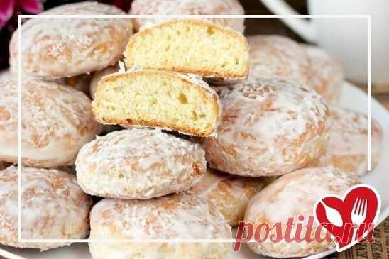 Пряники на кефире        Белоснежные снаружи и мягкие внутри — это идеальные пряники. Ингредиенты: Мука пшеничная — 2–2,5 стакана Кефир — 350 мл  Сода — 0,75 ч. л.  Сахар — 1 стакан  Яичный желток — 2 шт.  Яичный белок — 1 шт.  Мед — 1 ст. л.  Масло растительное — 3 ст. л.  Сахар — 3 ст. л.  Яичный белок — 1 шт. Приготовление:   1. С помощью миксера смешайте 2 желтка с одним белком, добавьте мед, сахар и взбейте все вместе до однородной массы.  2. В большой миске смешайте кефир с рас