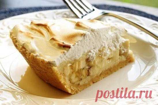 Торты из печенья - 5 лучших рецептов Рецепт 1: Торт из печенья банановый Описание: Очень вкусный торт! Сочетание сметаны и бананов делает его вкус нежным, а на его приготовление уходит так мало времени, что можно делать его хоть каждый день и подавать в качестве десерта или на завтрак малышам. Ингредиенты: 1 кг не соленого крекера; 4 крупных банана; 1 л сметаны; 0,5 кг сахара; 100 гр. шоколада. Способ приготовления: 1. Взбиваем сметану с сахаром. Бананы нарезаем тонкими кружками. 2. Выкл
