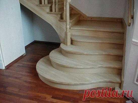 Деревянная лестница в частном доме.