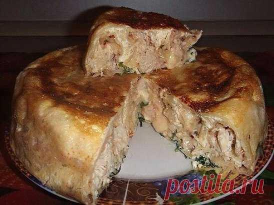 El pastel sobre el kéfir con la gallina\u000a¡La masa blanda y el relleno jugoso!\u000aLos ingredientes:\u000aEl tormento de trigo — 180 g\u000aEl kéfir — 250 ml\u000aEl huevo — 1 pieza\u000aLa sal por gusto\u000aLa sosa — 1 astillas.\u000aEl pimiento negro (molido) por gusto\u000aEl filete de gallina — 350 g\u000aLa cebolla — 2 piezas\u000aLa verdura — 20 g\u000aEl aceite de girasol — 40 ml\u000aLa mantequilla — 10 g\u000aLa preparación:\u000aEn el kéfir añadimos la sosa, esperamos al vapor de los minutos que la sosa haya sida apagada. Añadimos el huevo, el tormento, la sal y el pimiento. Mezclamos bien. El filete de gallina frían junto con la cebolla. La forma para la cocción untamos con la mantequilla y sl