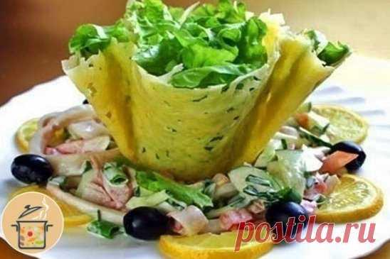 Сырные корзиночки Ингредиенты: - кальмары - 400 г - 3 небольших свежих огурчика (или китайская капуста) - 2 вареных яйца - 300 г сыра - майонез для заправки