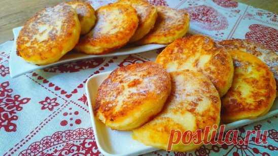 Яблочные сырники. Намного вкуснее обычных! Готовим яблочные сырники. Получаются они нежными, мягкими и сочными благодаря яблокам, с румяной загорелой корочкой. При жарке сырники не расплываются, отлично переворачиваются и держат форму. Готовые сырники можно замораживать, потом только разогреть.  Ингредиенты и способ приготовления смотрите на нашем сайте http://quharik.ru/recipes/91112/yablochnye-syrniki.html?t=2000