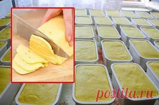 Домашний и натуральный: Этот сыр намного дешевле и полезней чем покупной! Пошаговая инструкция приготовления домашнего сыра. Рецепт: Ингредиенты: – 1 л. молока; – 500 гр. творога; – 60 гр. сливочного масла; – 1 ч.л. соли; – 1 ч.л. пищевой соды. Приготовление: 1. Тщательно измельчите творог руками или с помощью обычной вилки. Добавьте к творогу молоко. Перемешайте ингредиенты и поставьте на огонь. 2. Как только молочная смесь начнет закипать, снимите кастрюлю с огня и процедите смесь ч