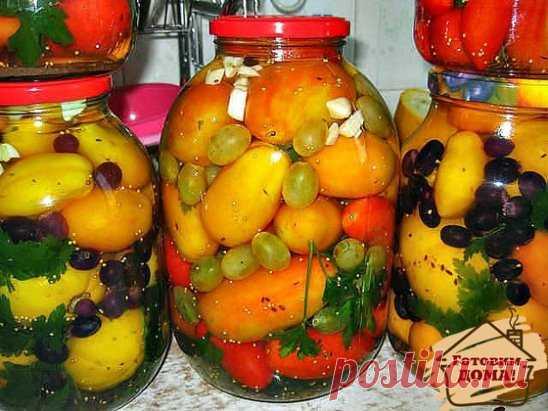 Помидоры с виноградом (БЕЗ УКСУСА!) На 3 л банку: перец сладкий-1-2 шт специи и травы, которые вы используете при обычной засолке Уложить в банку специи, помидоры, перец и между ними виноград (лучше светлый), разобрав его на маленькие кисточки по несколько ягод. Залить на 20 минут кипятком. Слитую воду вскипятить, добавить 2 ложки сахара и 1 ложку соли и залить в банку. Закатать. Можно укутать.