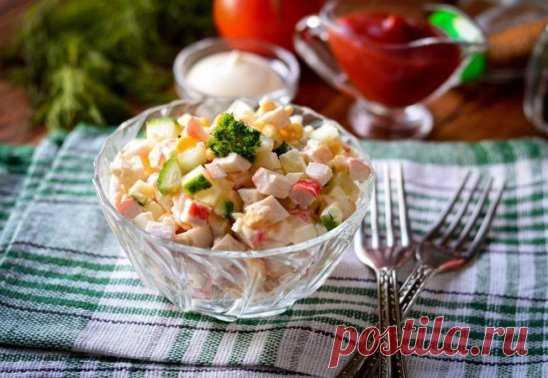 Салат со свежими огурцами, кукурузой и крабовыми палочками Ингредиенты: Крабовые палочки — 80 г Огурцы свежие — 80 г Кукуруза консервированная — 80 г Яйца куриные — 2 шт. Йогурт натуральный — 100 г Соль — по вкусу Черный перец — по вкусу Приготовление: 1. Подготовьте ингредиенты для приготовления крабового салата без майонеза. 2. Огурцы нарежьте кубиками небольшого размера. 3. Сварите вкрутую яйца и почистите. Нарежьте яйца мелкими кубиками. 4. Крабовые палочки разморозьте, очистите от упако