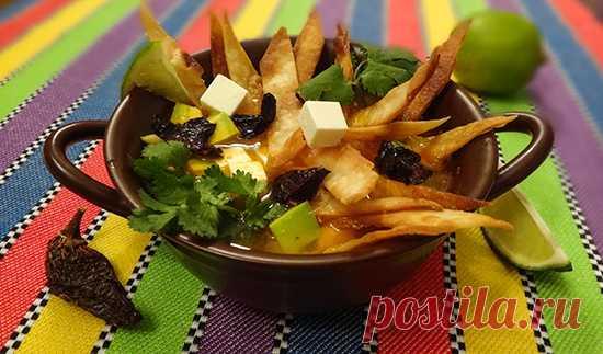 Мексиканский суп «Sopa de Tortilla» - один из самых знаменитых повседневных мексиканских супов. Как гармонично сочетаются в этом рецепте ароматы и вкусы поджаренных до хруста тортилий, перца пасильи, авокадо, нежного мягкого сыра, сочной курочки, крепкого острого куриного бульона. Блюдо подается с зеленью кинзы и дольками лайма, соком которого нужно сбрызнуть суп перед едой. Для любителей можно подать сметану. Приготовим?)