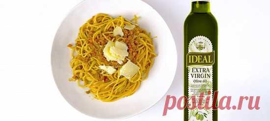 Спагетти болоньезе. Рецепт с фотоинструкцией Нарезать мелким кубиком лук, чеснок и морковь. Сельдерей очистить и тоже мелко порубить. Снять листья розмарина с веточки и порубить. Нарезать бекон на тонкие полоски. В большой кастрюле или глубокой сковороде разогреть 1 столовую ложку оливкового масла.