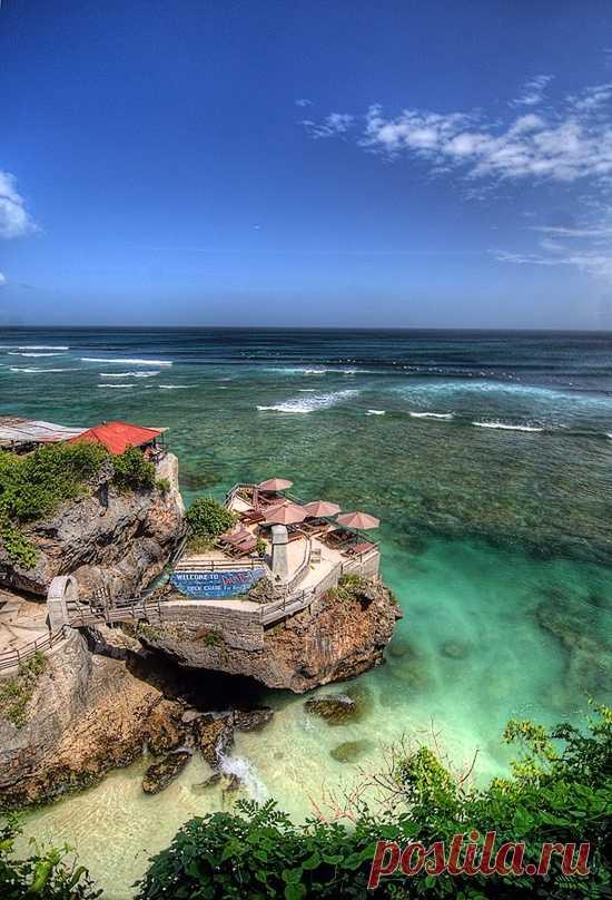 La cafetería sobre la roca cerca del mar. La isla Bali, Indonesia