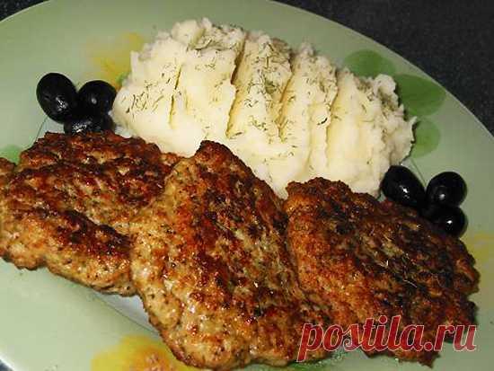 Узнав этот рецепт, больше не делаю котлеты. Попробуйте мясные оладушки на кефире Ингредиенты  • 300 граммов мяса, пропущенного с 1 луковицей через мясорубку • 1 стакан кефира • 3 ст. ложки муки • 1 яйцо • соль • молотый черный перец • приправы по вкусу • зелень, мелко порезанная или сушеная   Приготовление     Фарш размешиваем с кефиром, яйцом и мукой, солим и