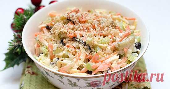 Салат из сельдерея с яблоком и сыром Потрясающий яркий салатик для новогоднего стола и не только. Свежие овощи, хрустящее яблоко и сыр с черносливом создают очень вкусный союз. Салат легкий в приготовлении и в употреблении. Обязательно приготовьте такой салат на Новый год, и целый год ярких впечатлений и отличного настроения вам обеспечены!