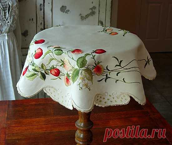 Antique bed linen - Antique EM of society silk embroidered ornament
