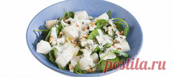 Салат с дыней и голубым сыром. Видеорецепт Измельчить листья мяты, добавить к ней йогурт, соль, сахар, оливковое масло и немного лимонного сока. Взбить все венчиком.