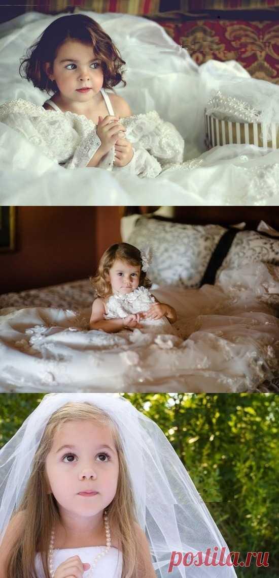 Отличная идея! Сфотографировать малышку в своем свадебном платье и подарить ей это фото в ее знаменательный день