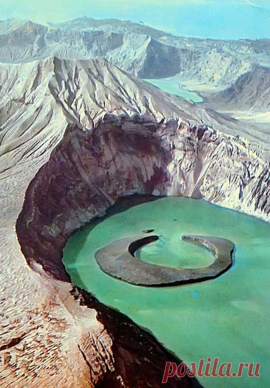 La isla en el cráter del volcán de Taal. Luson, las Filipinas