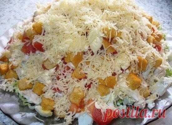 Салат с курицей, сыром и сухариками  Ингредиенты:  вареная куриная грудка – 350 гр. помидоры – 2-3 шт. болгарский перец – 2-3 шт. свежие огурцы – 2 шт. ржаные сухарики – 80 гр. сыр твердых сортов – 150 гр. майонез – по вкусу чеснок – 1 головка  Приготовление:  1. Нарезаем или рвем куриную грудку на небольшие кусочки. Берем тарелку или салатницу и укладываем в нее нашу курочку, немного примяв ее ко дну. 2. Помидор нарезаем на небольшие полоски или кубики. Пол головки чеснок...