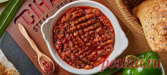 Аджили-езме. Рецепт Помыть и высушить все овощи. Нарезать острым ножом помидоры маленькими кубиками. Мелко нарезать лук, перец и петрушку.
