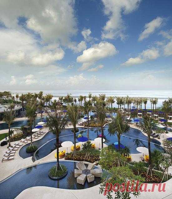 Роскошный 5-звездочный спа-отель W Retreat & Spa Bali расположен на пляже Семиньяк. Курорт развивается как место для отдыха самых притязательных туристов, которые желают эксклюзивности и тишины. Остров Бали, Индонезия