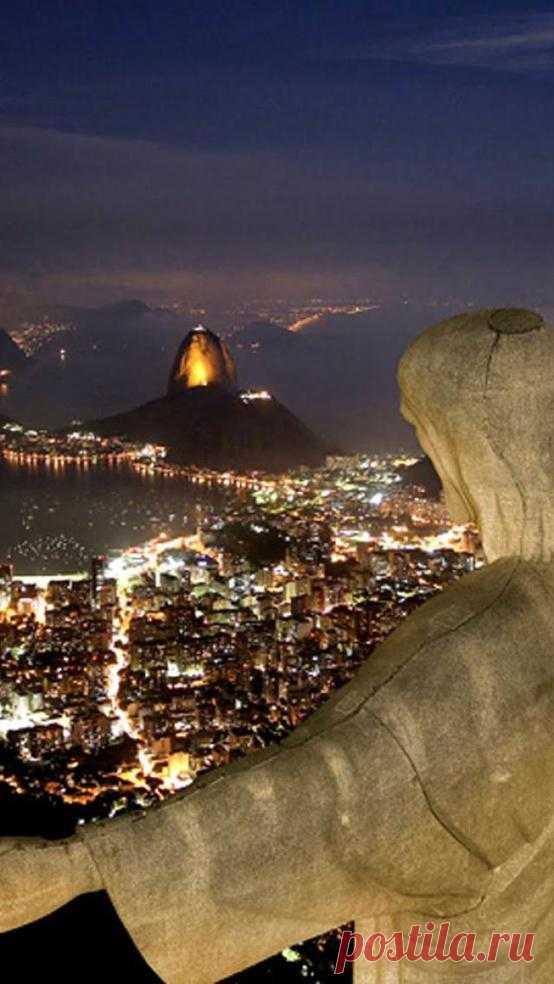 Статуя Христа Искупителя в ночное время. Высота статуи составляет 38 метров, а вес - 635 тонн. Рио-де-Жанейро, Бразилия