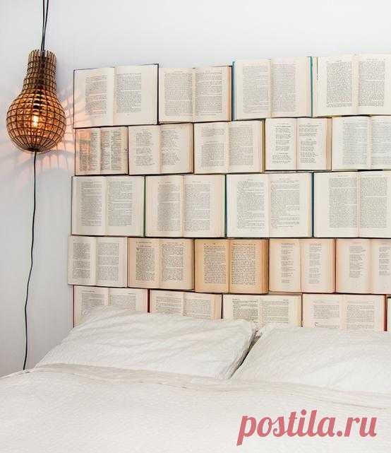 Выкидывать книги все-таки наверное лучше, чем забивать в них гвозди, но тем не менее, идея разнообразить свою спальню на даче заслуживает внимания.
