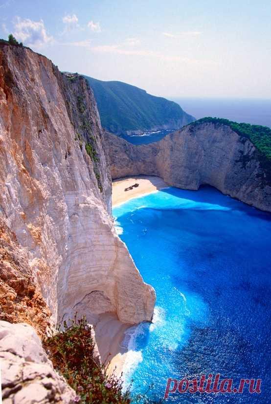 La playa, llegar a que se puede solamente por el mar. La isla Zakinf, Grecia