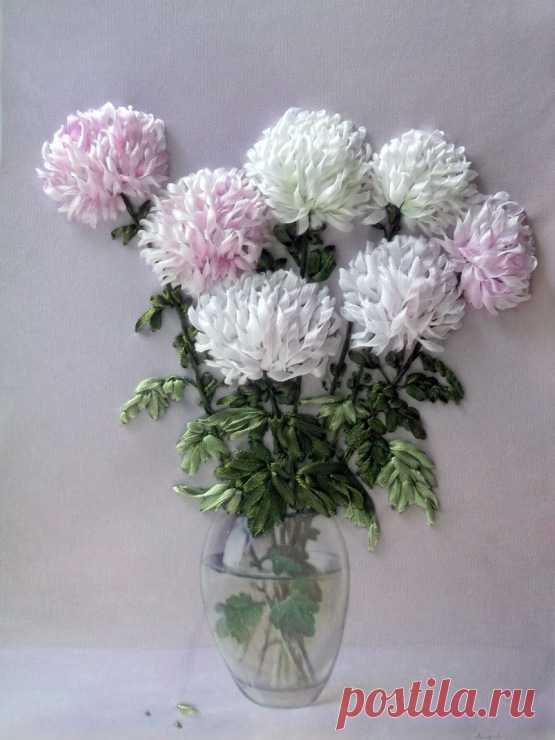 Роскошные хризантемы, вышитые лентами Царственно-величавый цветок — хризантема. Непростой мотив для вышивания лентами.  Вышитые лентами цветы удивительно реалистичны. Приемы и секреты вышивки лентами у каждой мастерицы свои. Осенний цвето…