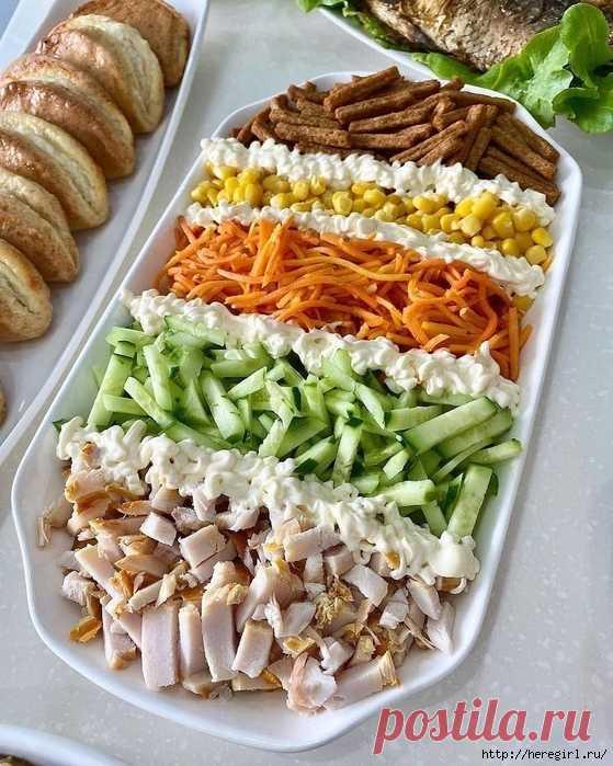 Яркий и оригинальный салат сухариками