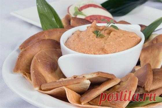 Мухаммара. Мухаммара - ближневосточная закуска, популярная в Турции, Израиле, Сирии и многих других странах. Это нежное и остренькое пюре из обжаренного сладкого перца с грецкими орехами.