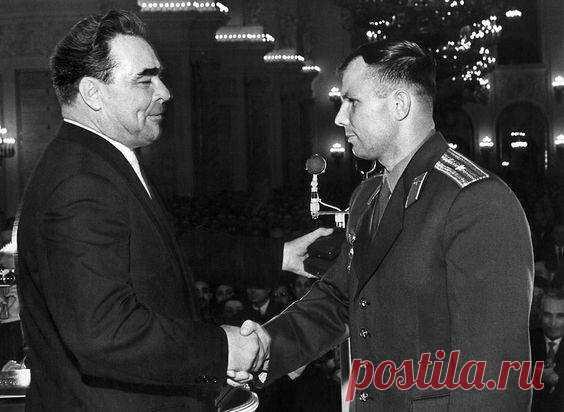 Леонид Брежнев выражает благодарность Юрию Гагарину
