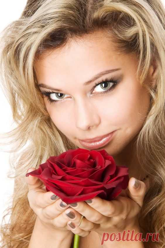 beautiful-blond-with-roses-nued