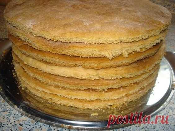 Как быстро приготовить коржи для торта? Коржи для торта в количестве девять - десять штук можно приготовить всего за пол часа. Затем взбить или сварить крем, промазать коржи и получится вкуснейший торт. Рецепт приготовления коржей предлагаем ниже...  Итак, нам нужны такие продукты: двести грамм сметаны и одна чайная ложечка соды пищевой