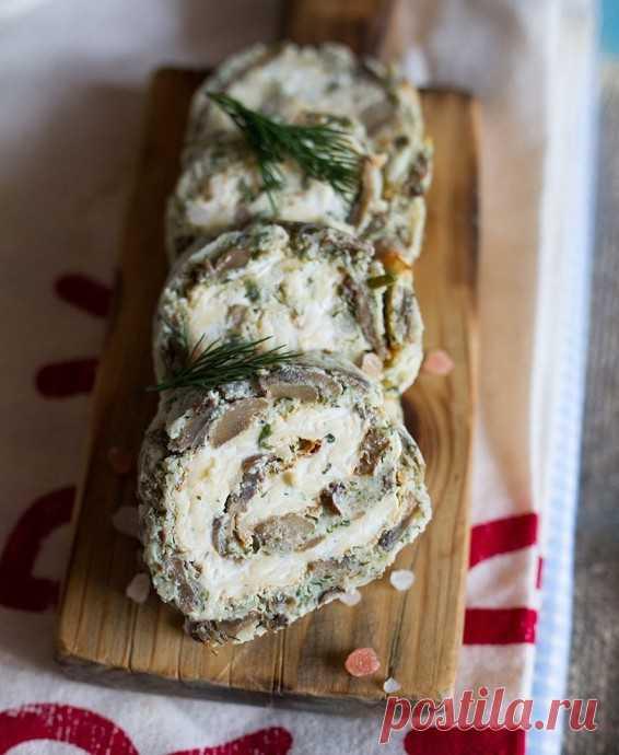 Закусочный грибной рулет с начинкой из двух видов сыра