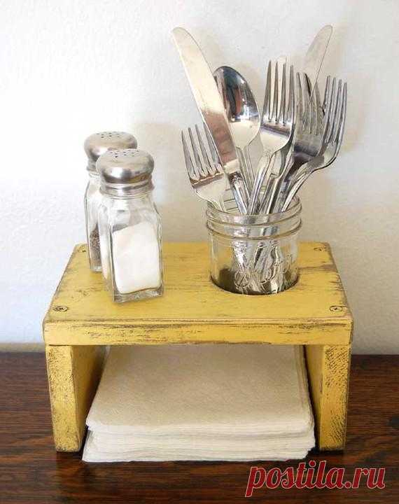 Настольный держатель для салфеток, С/П и стакана с ложками/вилками. Это просто смастерить своими руками. Так же интересный акцент на состарившейся древесине. Рекомендую обратить внимание.