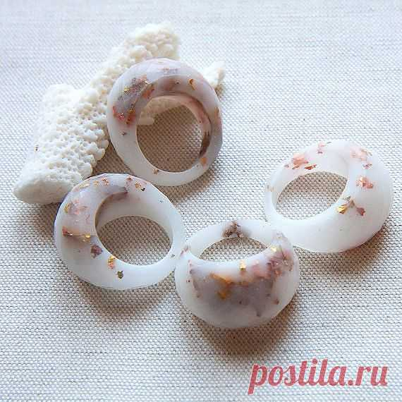 Белое кольцо с металлическими снежинками - $129.00 USD