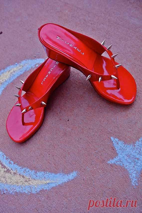 Красные шлепанцы с шипами - $44.44 USD
