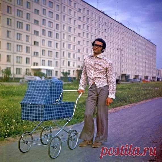 СтилягаМодный папа на фоне новостроек Орехового бульвара. Москва. 1975г. / Интересное в IT