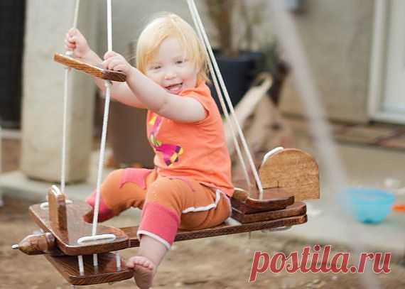 Детские качельки-аэроплан