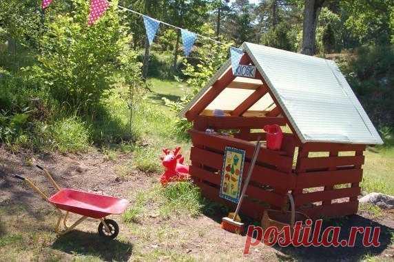 Простая идея домика для детей из паллет