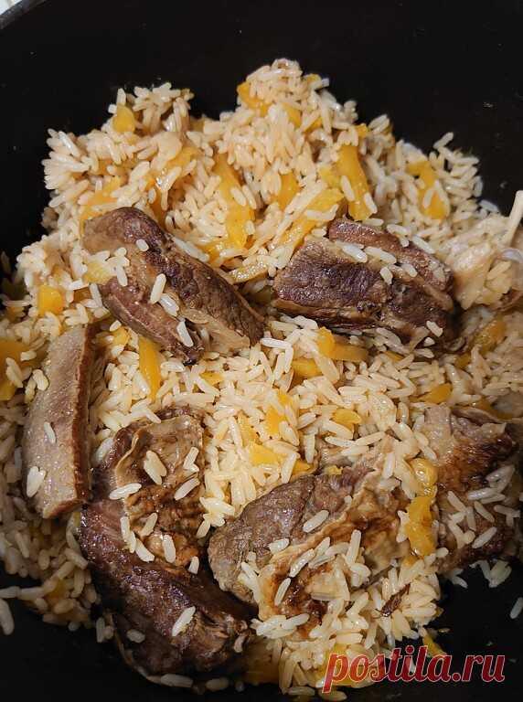 Узбекский плов дома на плите. Мега просто!  Мясо-говядина 0.5 кг 1 луковица Морковь 0.5 кг Чеснок 1 шт. Масло растительное 100 гр.  Приправы: соль 1 столовая ложка, зира 1чайная ложка.  Обжарить мясо крупными кусками. Добавить порезанный крупно лук. Морковь порезать на полоски и обжарить немного вместе с мясом и луком. Солим и добавляем зиру. Заливаем воду 0.5 литра. И оставляем варится на 40 мин. на медленном огне . У меня электроплита ставлю значение 3. Тем временем пром...
