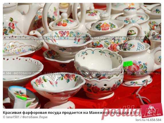 Купить фото «Красивая фарфоровая посуда продается на Манежной площади в Москве» © lana1501 / Фотобанк Лори © lana1501 / Фотобанк Лори
