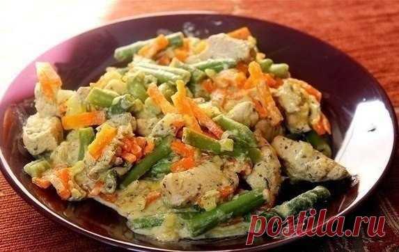 La gallina con struchkovoy por la judía y hortalizas en la salsa de crema.