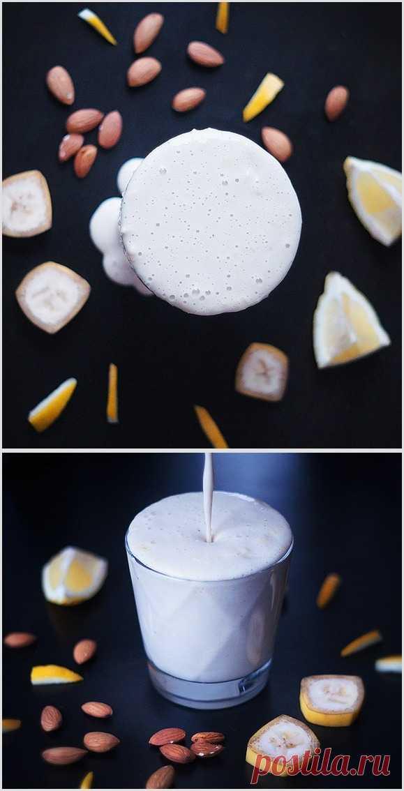 Вводим в рацион завтрака очищающий организм смузи!  Лимонный смузи улучшает кислотно-щелочной баланс и пищеварение. Отличная замена кофе и чаю.   Рецепт:  (на 1-2 порции)  - 1 стакан миндального молока - сок 1/2 крупного лимона - 1 колечко лимона вместе с цедрой и мякотью - 1 банан - содержимое 1/2 стручка ванили (желательно, но необязательно) - 1 ложка меда   Смешайте в блендере все ингредиенты, готовый кремовый смузи перелейте в стакан, добавив немного измельченной на терке цедр