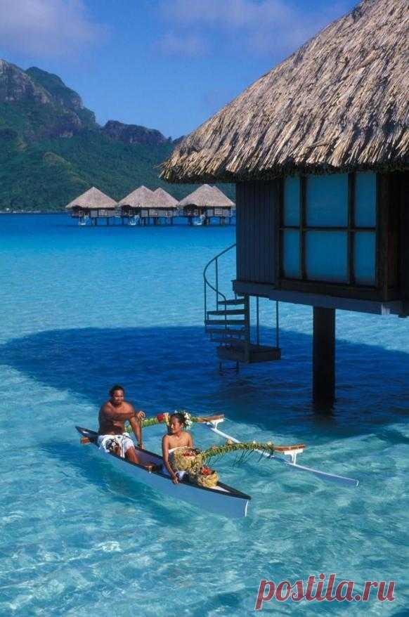 Природа наделила этот остров кристально чистой водой и создала около основного острова множество маленьких спутников, называющихся — моту. Бора-Бора с давних пор считается одним из самых чудесных островов Тихого океана. Самый экзотический курорт. Бора-Бора, Французская Полинезия